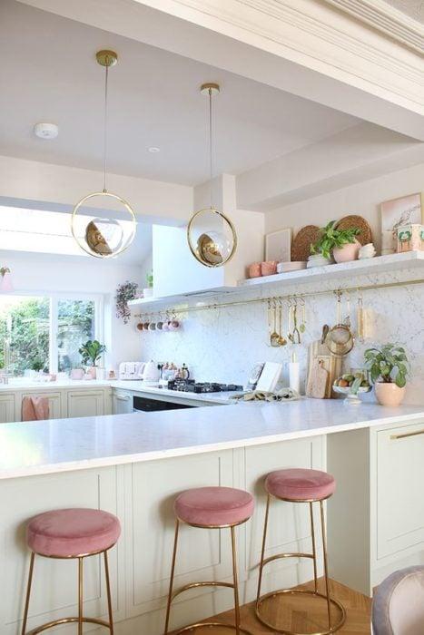Mesa de cocina con banquitos rosas