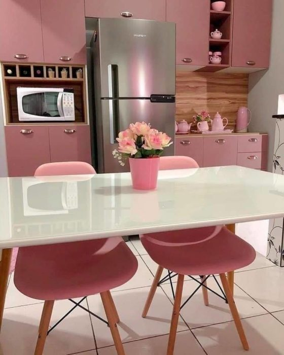 Cocina con muebles color rosa