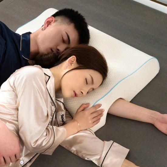 Pareja de novios durmiendo de cucharita