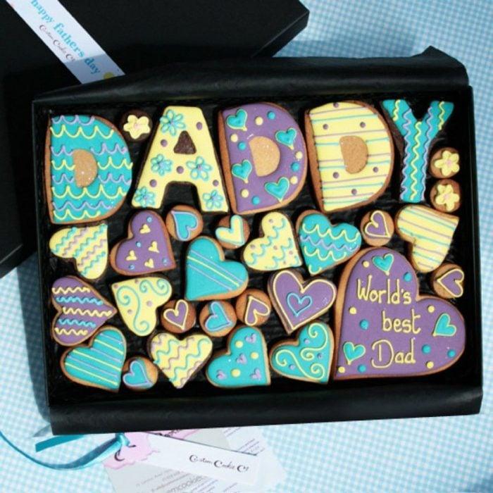 """Galletas decoradas para el Día del padre de la palabra """"papá"""" u corazones"""