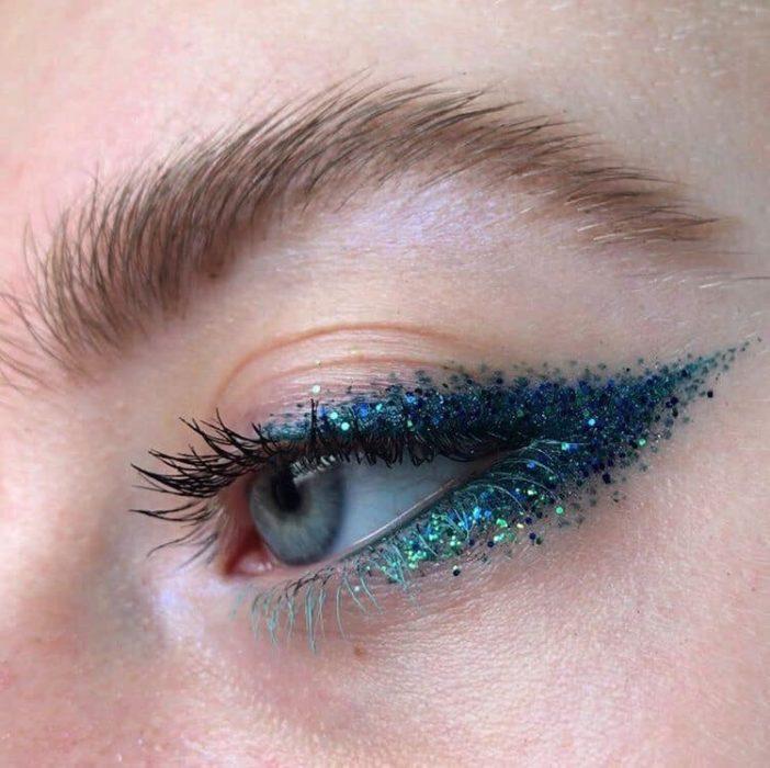Delineado artístico en color azul marino con brillos
