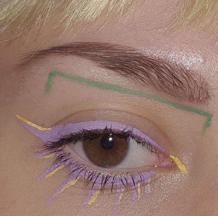 Delineado artístico colores lila, amarillo y verde