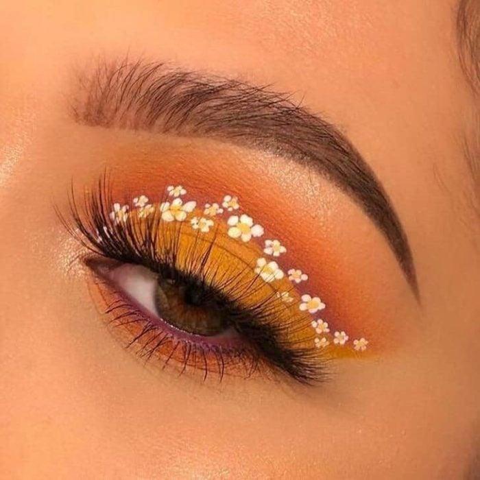 Delineado artístico en color naranja con florecitas