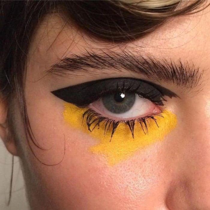 Delineado artístico en color negro y amarillo