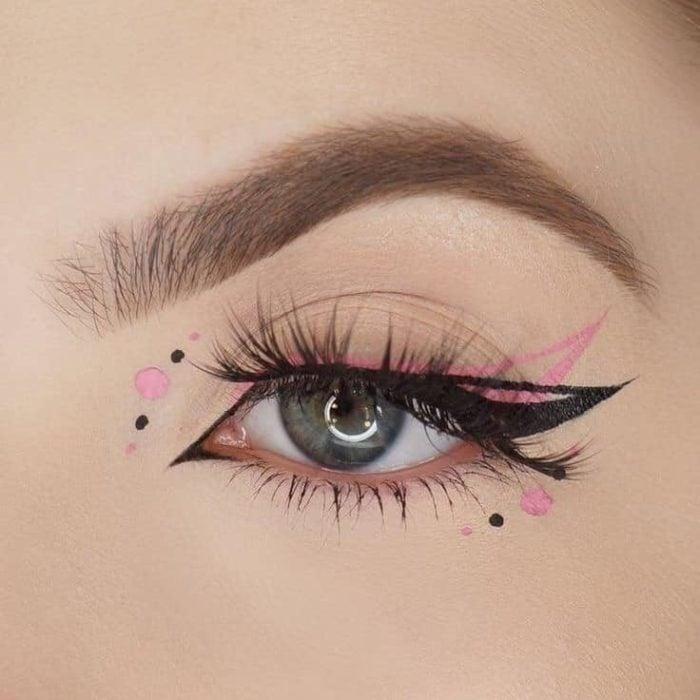 Delineado artístico en color negro y rosa