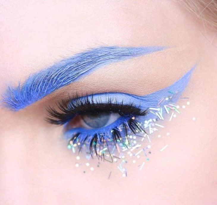 Delineado artístico en color azul ybrillitos