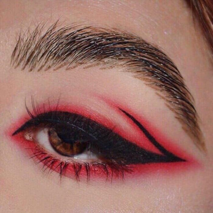 Delineado artístico en color negro y rojo