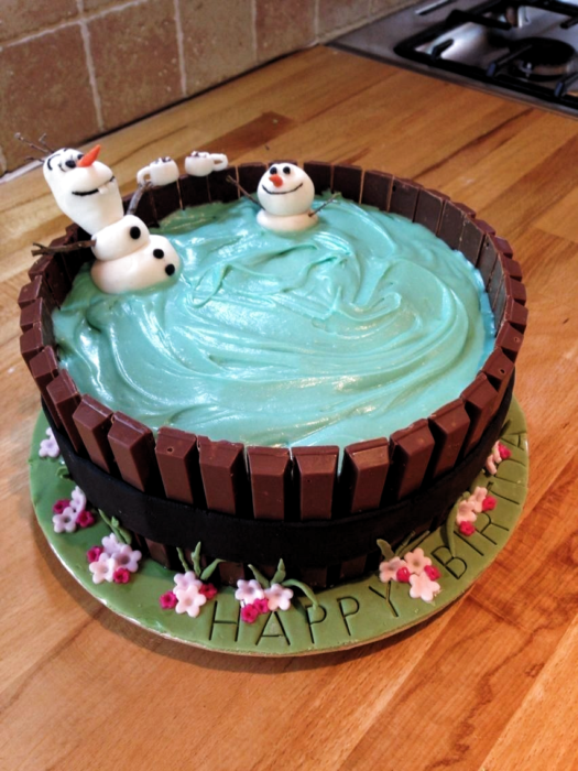 Pastel decorado, inspirado en el personaje de Olaf de Frozen