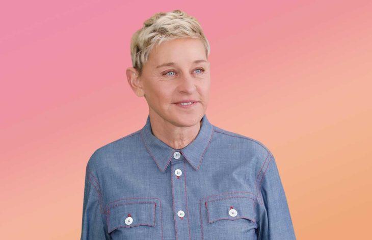 Ellen DeGeneres usnado camisa azul tipo denim