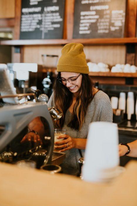 Chica trabajando en una cafetería