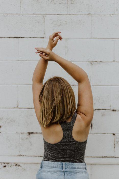 Chica realizando movimientos para evitar dolor de espalda