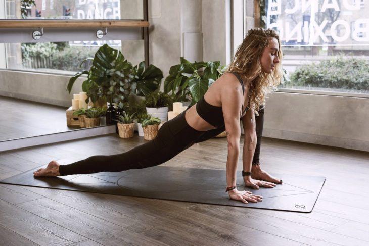 Mujer estirando antes de comenzar a hacer ejercicio