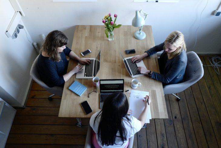 Chicas estudiando en computadora