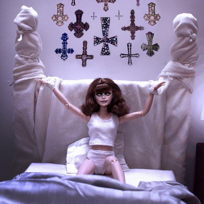 Barbie caracterizada como Regan MacNeil