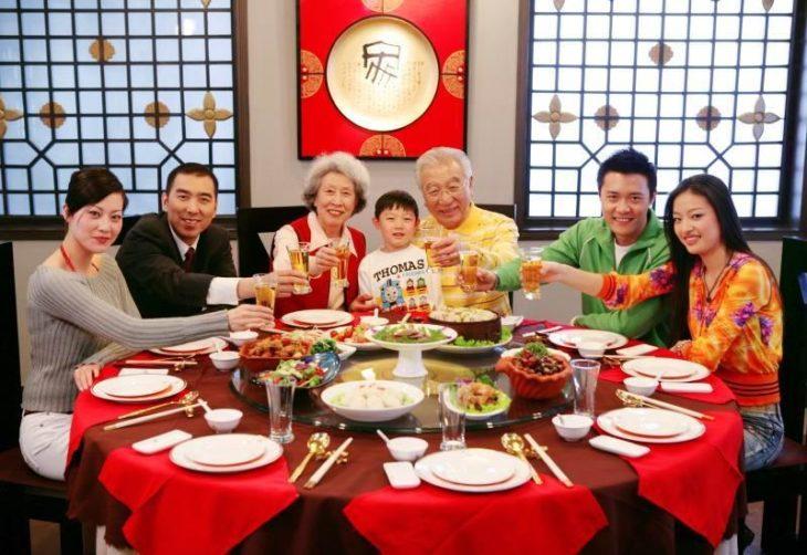 Familia coreana comiendo