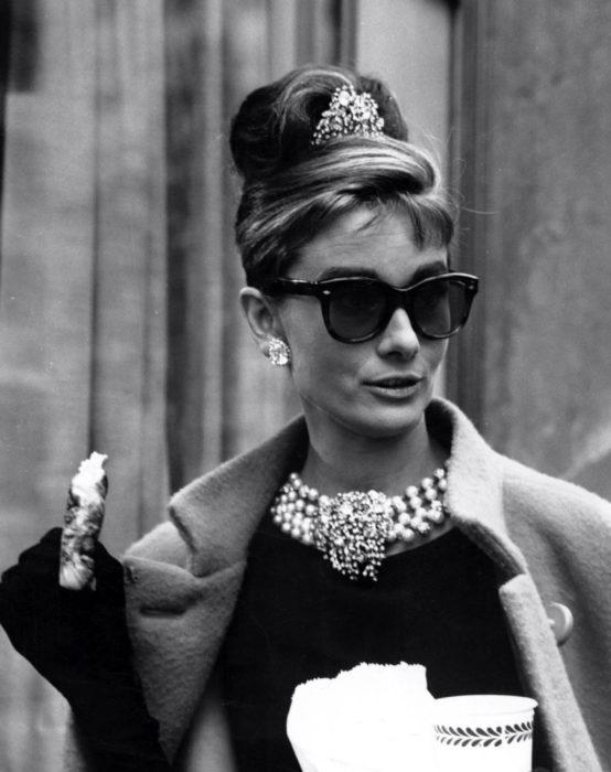 Personaje de Holly en desayuno con Diamantes usando una pequeña tiara