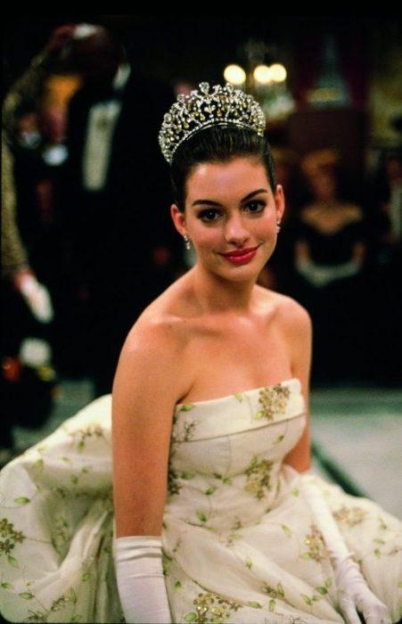 Personaje de Mia thermopolis usando una tiara el día de su coronación