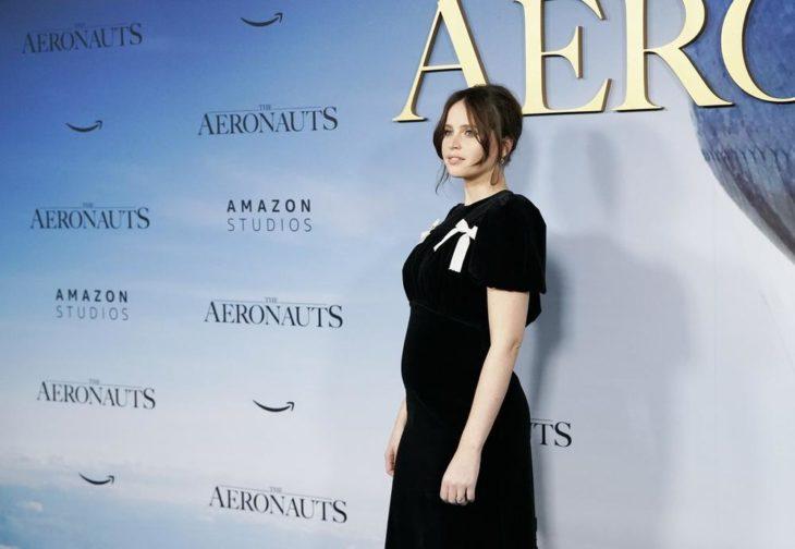 Felicity Jones en la premier de Aeronauts, dejando ver su pancita de embarazo