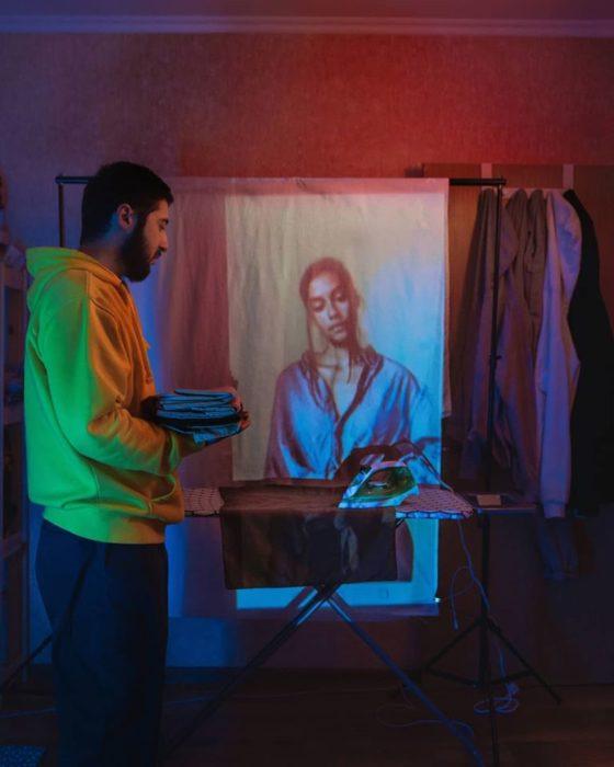Fotógrafo Karman Verdi junto a una manta proyectando una chica planchando