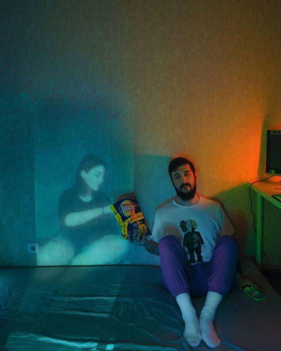 Fotógrafo Karman Verdi comiendo palomitas junto a u proyector con una chica