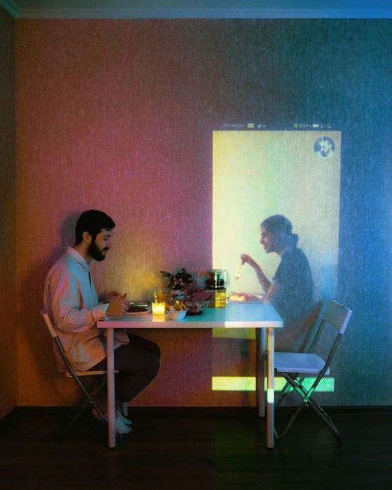 Fotógrafo Karman Verdi comiendo frente a una pantalla