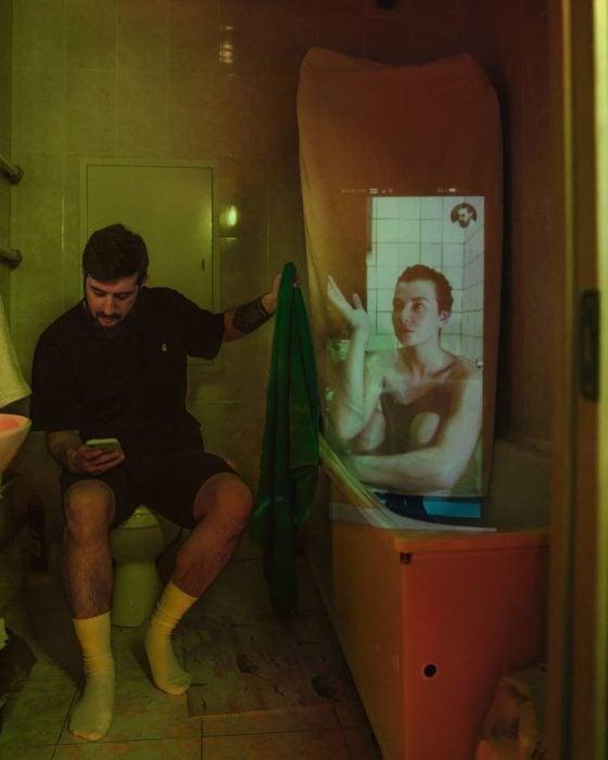 Fotógrafo Karman Verdi junto a una pantalla en una ducha de baño