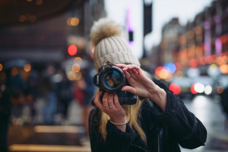 Chica tomando fotografías