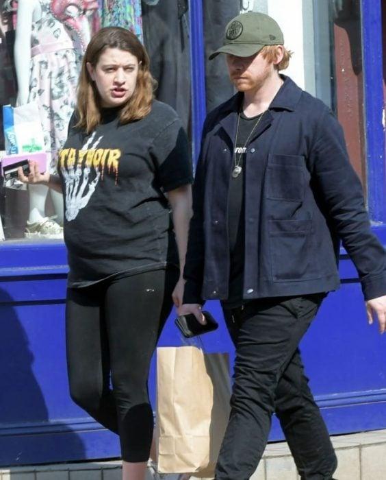 Georgina Groome y Rupert Grint dando un paseo
