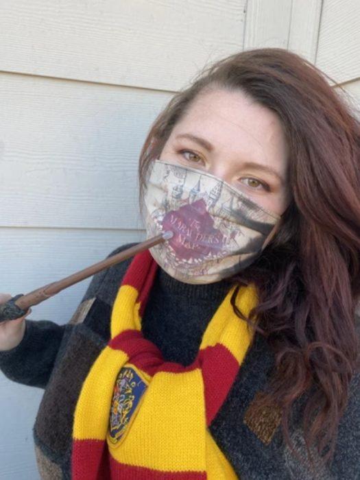 Stefanie Hook usando la mascarilla del mapa del merodeador de Harry Potter