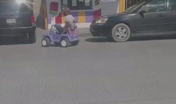 Hombre montado en un auto de juguete listo para comprar pizza