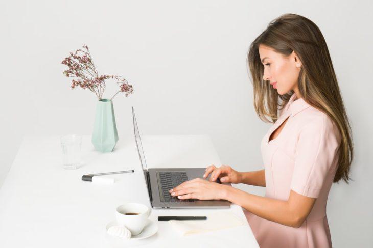 Mujer trabajando en postura correcta