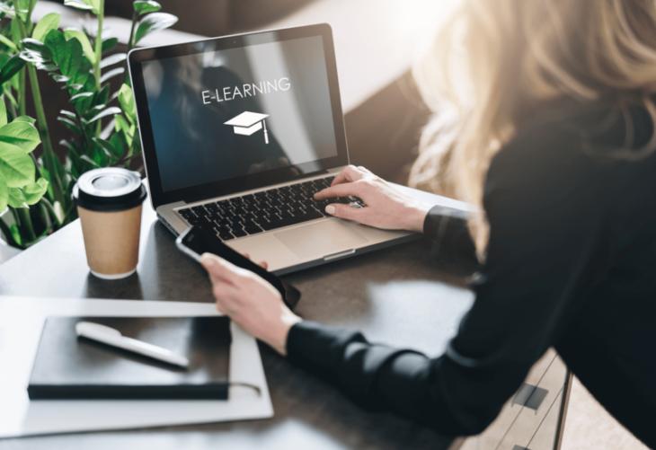 Mujer tomando cursos online