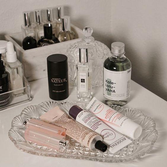 Productos de cuidado facial en bandejita de vidrio