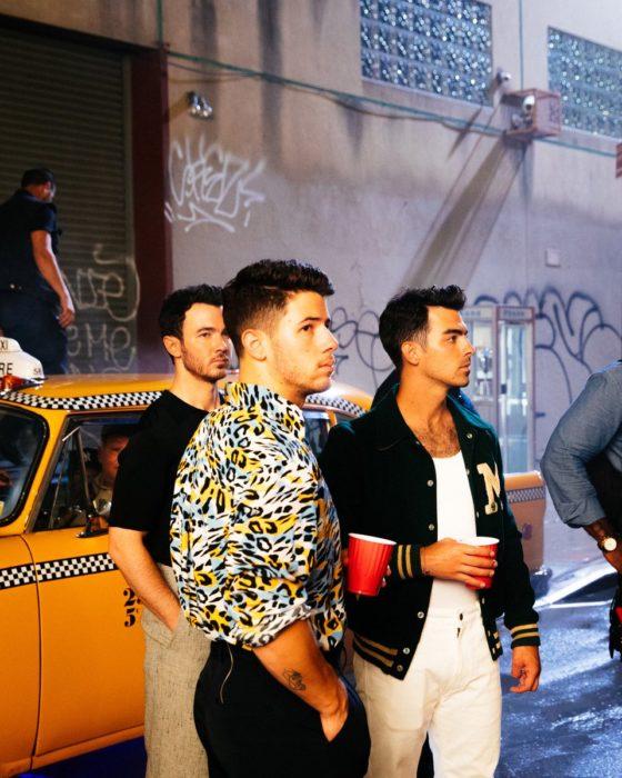 Kevin, Joe y Nick Jonas en un set de grabación