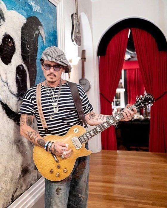 Johnny Depp tocando la guitarra