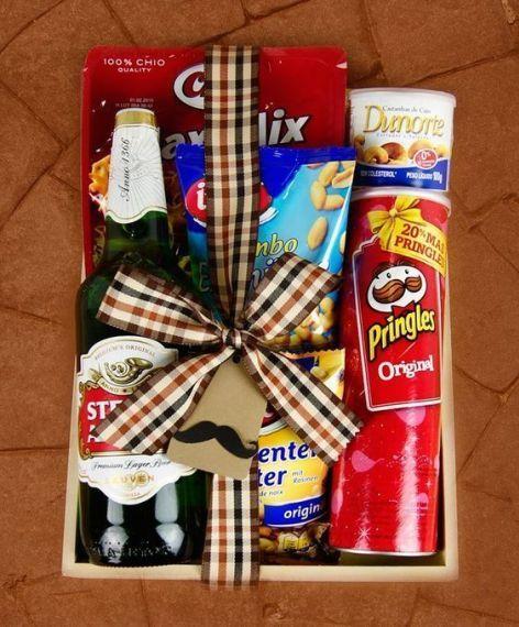 Caja de madera decorada con papas fritas y una botella de cerveza