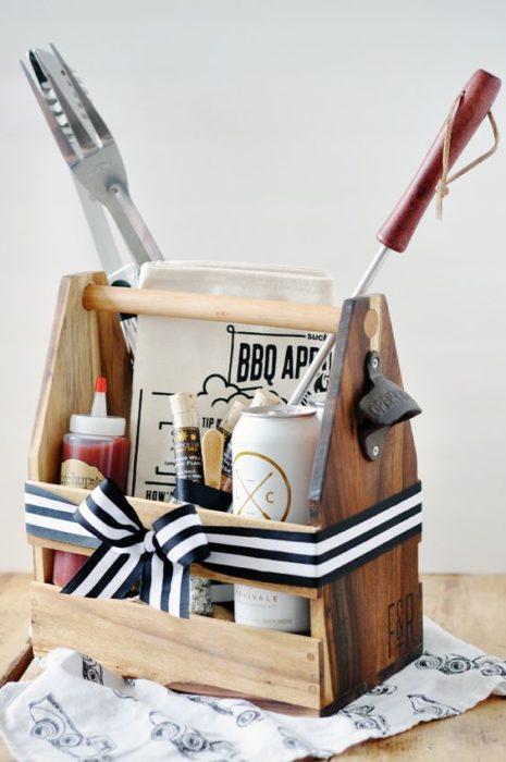 Kit parrillero con pinzas y condimentos para carne