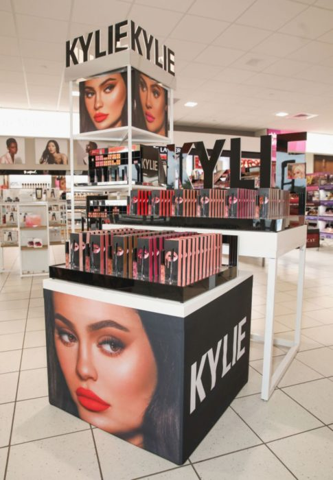 Stand de productos Kylie Jenner cosmetics