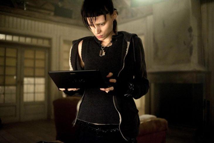 Rooney Mara como Lisbeth Salander en 'La chica del dragón tatuado' revisando una tablet
