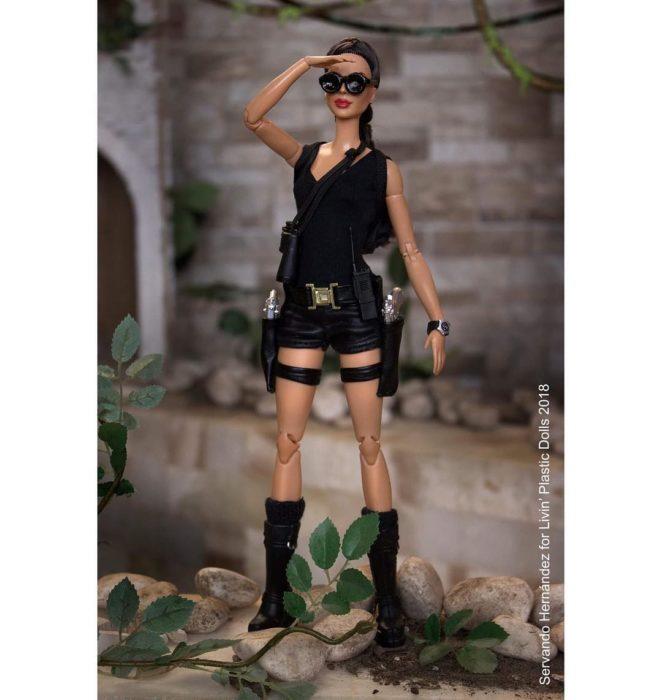 Barbie caracterizada como Lara Croft