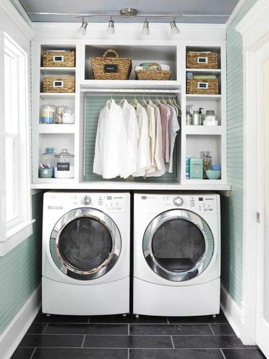 Cuarto de lavandería con repisa y área para colgar ropa