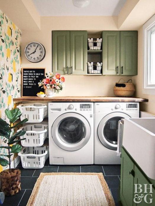 Cuarto de lavandería con alacena y cajones de almacenamiento