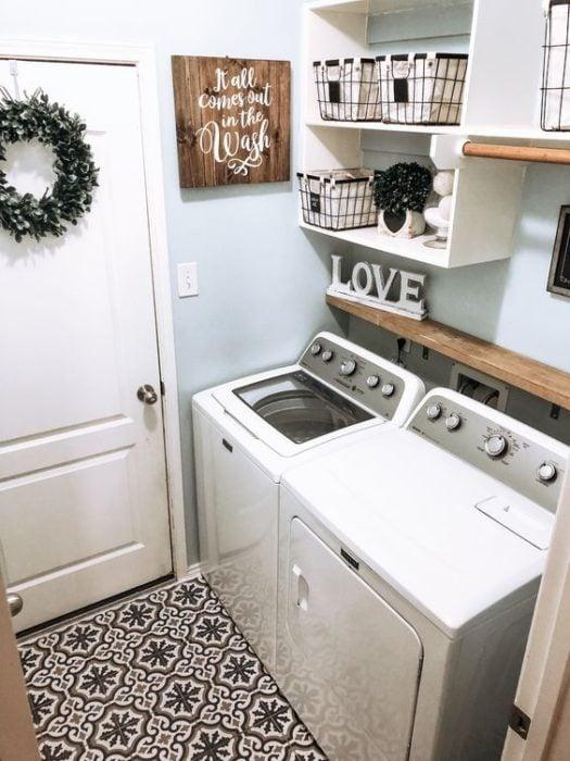 Cuarto de lavandería con decoración y repisas