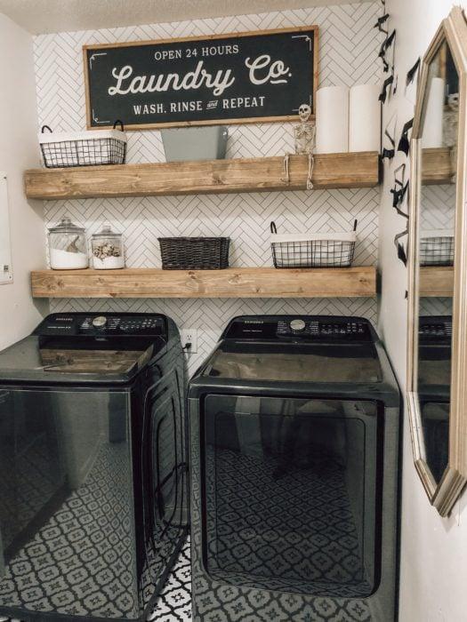 Cuarto de lavandería con repisas y muebles oscuros