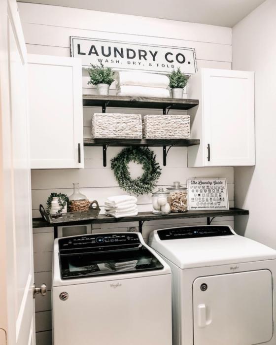 Cuarto de lavandería con puertas y repisas