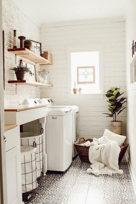 Cuarto de lavandería con repisas y en tonos beige