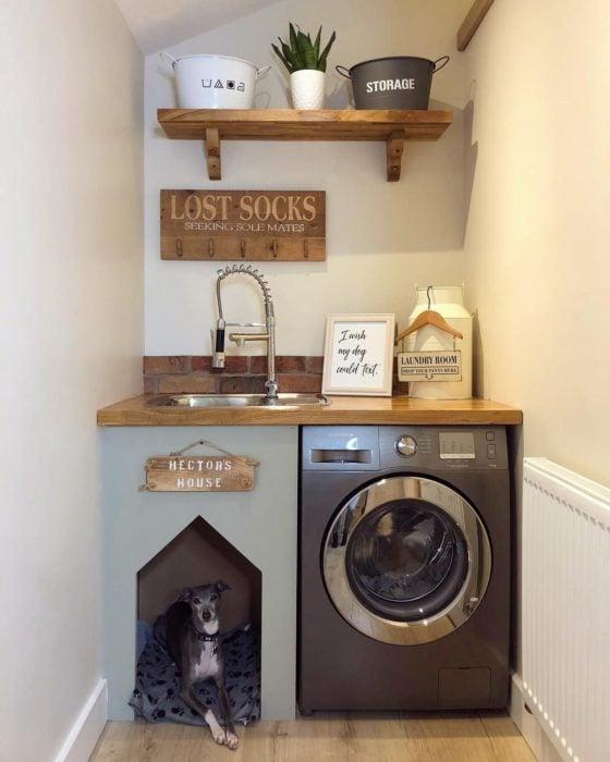 Cuarto de lavandería con casa para perrito