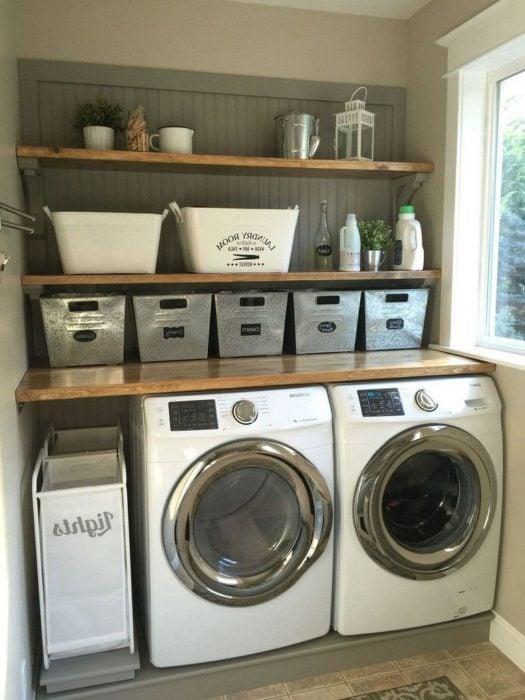 Cuarto de lavandería con repisas y cajones para almacenar cosas