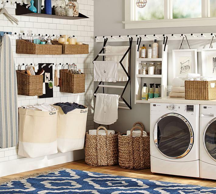 Cuarto de lavandería con cajones en pared para almacenar cosas y bolsos para ropa sucia