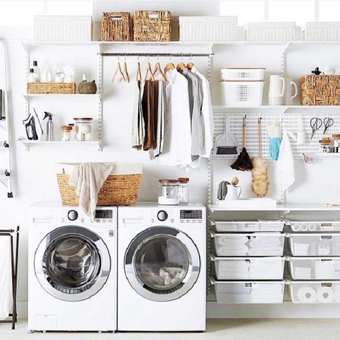 Cuarto de lavandería con bandejas para colocar productos y área para colgar ropa